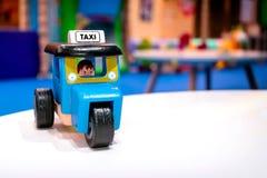 芭达亚泰国- 11月21日:在a设置的木玩具tuktuk出租汽车 库存照片