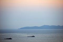 芭达亚海与山的视图日落 免版税库存照片