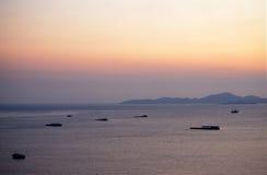 芭达亚海与山的视图日落 库存照片
