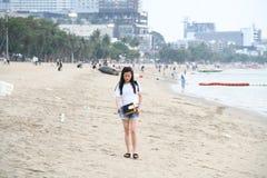 芭达亚海滩的泰国少女 免版税库存图片