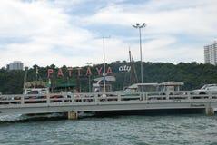 芭达亚的题字由海的 免版税图库摄影