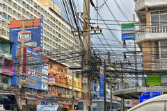 芭达亚街道有电线的一个巨大数目的 库存照片