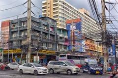 芭达亚街道有电线的一个巨大数目的 库存图片