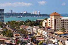 芭达亚,泰国, 17 03 2013年 从城市的旅馆零件的屋顶的照片俯视口岸和海的 免版税库存照片