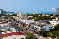 芭达亚,泰国, 17 03 2013年 从城市的旅馆零件的屋顶的照片俯视口岸和海的 库存照片