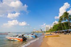 芭达亚,泰国, 11月27日 在海滩和s的旅游活动 库存图片