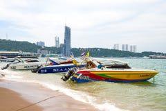 芭达亚,泰国, 11月27日 在海滩和s的旅游活动 免版税库存照片
