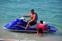 芭达亚,泰国:喷气机滑雪小船的人 免版税库存图片
