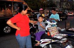 芭达亚,泰国:有卖手表的儿子的母亲 免版税库存图片