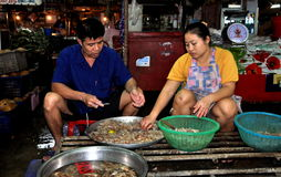 芭达亚,泰国:清洗虾的工作者 免版税库存图片
