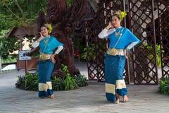芭达亚,泰国-大约2015年8月:传统礼服的泰国妇女跳舞在真相圣所,芭达亚,泰国外面 库存照片