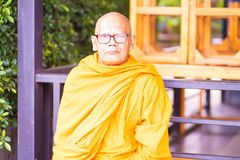 芭达亚,泰国- 2019年5月15日:修士在泰国 坐在寺庙的和尚 免版税库存图片