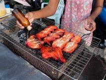 芭达亚,泰国- 2018年5月25日:在是泰国的著名街道食物的bbq火炉的烤鸡 免版税图库摄影