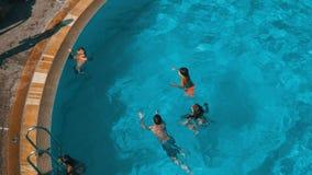 芭达亚,泰国- 2017年12月25日:孩子在清楚的蓝色水池视图从上面游泳 股票视频