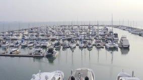 芭达亚,泰国- 2019年5月19日:由游艇俱乐部和小游艇船坞寄生虫的鸟瞰图  游艇俱乐部顶视图  白色小船 股票视频