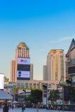 芭达亚,泰国- 2016年11月28日:日落的摩天大楼在多云天气 复制空间 库存图片