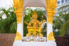 芭达亚,泰国- 2017年1月7日:美丽的金黄Brahma雕象 pattaya泰国 特写镜头 库存图片