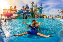 芭达亚,泰国- 2014年12月29日:许多旅客获得乐趣  库存照片