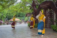 芭达亚,泰国- 9月14 :演员的传统表现真相寺庙的, 2014年9月14日 库存照片