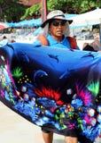 芭达亚,泰国- 12月16 : 泰国人出售丝绸给Samet海滩的游人。 2012年12月16日在芭达亚。 库存照片