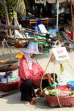 芭达亚,泰国- 12月16 : 泰国妇女出售果子给Samet海滩的游人。 2012年12月16日在芭达亚。 免版税图库摄影