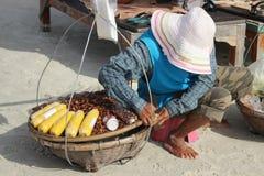 芭达亚,泰国- 12月16 : 泰国妇女出售螺母给Samet海滩的游人。 2012年12月16日在芭达亚。 库存照片