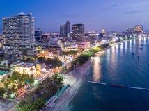芭达亚,芭达亚市, Chon暮色地平线从鸟瞰图的 免版税库存图片