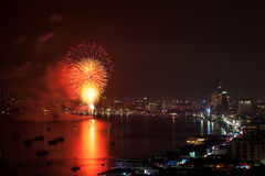 芭达亚- 11月28 :在芭达亚国际烟花节日2014 o期间,五颜六色的烟花和摩天大楼在芭达亚咆哮 图库摄影