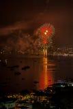 芭达亚- 11月28 :在芭达亚国际烟花节日2014 o期间,五颜六色的烟花和摩天大楼在芭达亚咆哮 库存照片