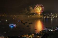芭达亚- 11月28 :在芭达亚国际烟花节日2014 o期间,五颜六色的烟花和摩天大楼在芭达亚咆哮 免版税库存图片
