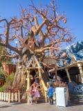 芯片和戴尔的树上小屋迪斯尼乐园的Toontown部分的停放 免版税库存照片