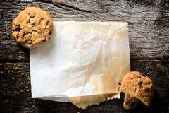 芯片曲奇饼和纸 库存照片