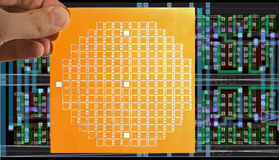 芯片面具在手中和芯片布局 库存图片