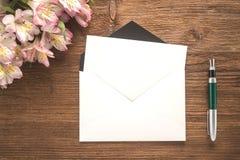花、信封和笔 库存照片