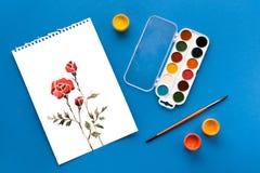 花、油漆和刷子图画在蓝色,春天概念 免版税库存图片