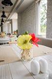 花、盐和胡椒在木桌上在餐馆 免版税库存照片