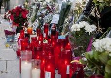 花、蜡烛和标志反对恐怖袭击在巴黎,安置在法国大使馆前面在马德里,西班牙 免版税图库摄影