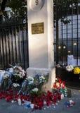 花、蜡烛和标志反对恐怖袭击在巴黎,安置在法国大使馆前面在马德里,西班牙 免版税库存照片