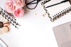 花、计算机、笔记薄和其他一点对象在whi 免版税图库摄影