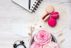 花、macarons和其他逗人喜爱的材料 库存图片