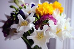 花与毛茛属,中介子的婚礼安排 免版税库存照片