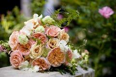 花五颜六色的婚礼花束  免版税库存照片