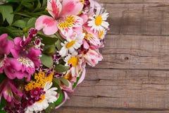 花五颜六色的春天花束在木背景的 库存图片