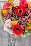 花五颜六色的背景 卖花人的工作在花店 库存照片