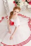 花俏丽的芭蕾舞女演员和花束  库存图片