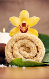 花兰花在一块黄色毛巾位于 免版税图库摄影