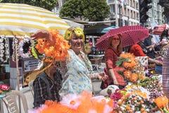 花冠和橙色开花制作橙色开花狂欢节的卖主妇女 阿达纳省在Turke 库存照片