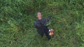 花匠切口绿草手工汽油草坪整理者在庭院里 ?? 股票视频
