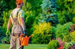 花匠和他的庭院工作 免版税库存照片