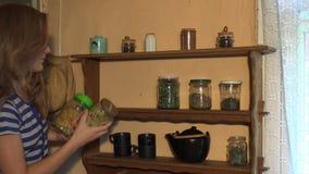 花匠妇女做冬时的健康干草本植物储备 4K 股票录像